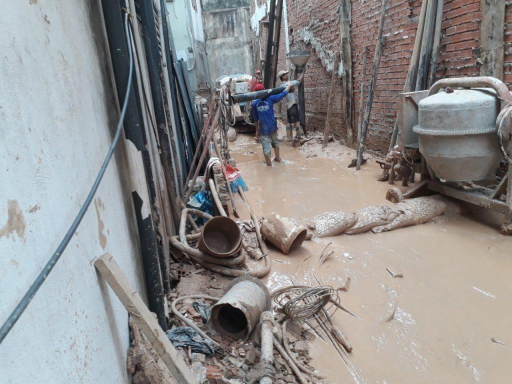 công nhân thả ống đổ bê tông cọc khoan nhồi