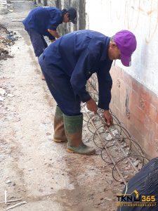 công nhân thi công khoan cọc nhồi đường kính nhỏ
