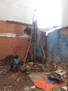 công nhân khoan cọc nhồi bằng dàn điện thủ công